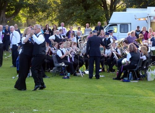 19.41: The band plays a waltz