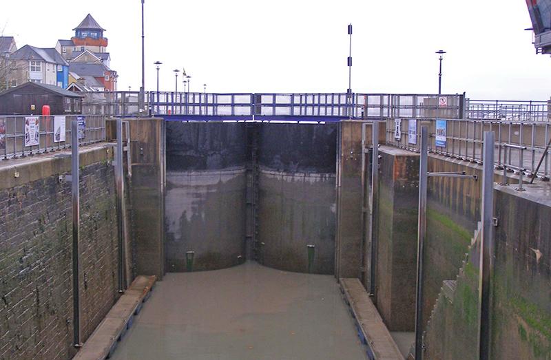 'rotating -sector' lock gates