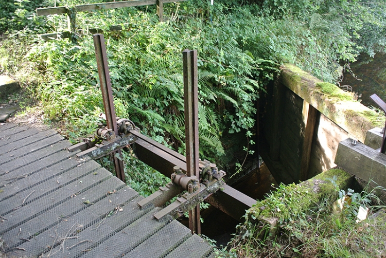 sluice gate at hollows