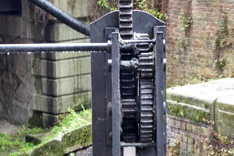 canal lock mechanics
