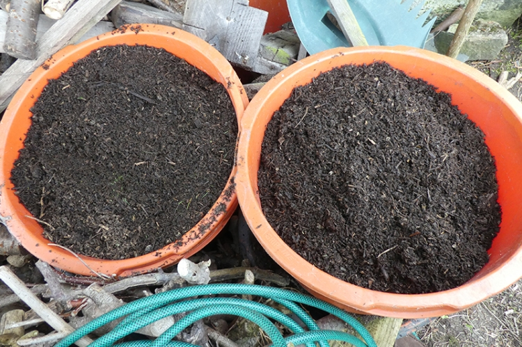 two buckets of composy